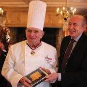 Pour ses 90 Ans Paul Bocuse reçoit la Médaille d'Or de la Ville de Lyon