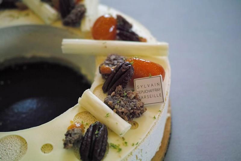 Entremets citron vert, kumquat, noix de pécan, biscuit navette par Valentin Labbé (pâtisserie Depuichaffray).