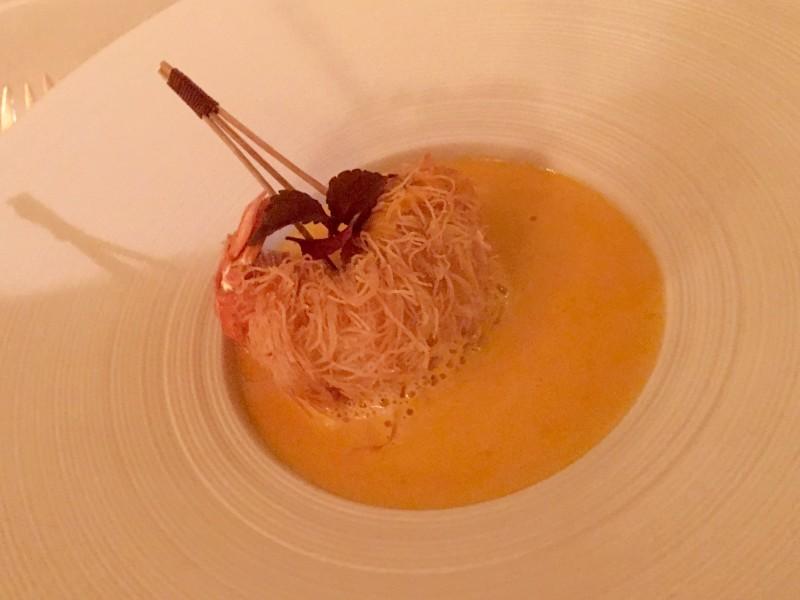 Crème de potimaron, langoustine du Finistère en kadaïf, écume de truffe