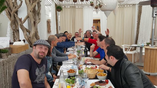 Dimanche au déjeuner, repas joyeux à la plage Carré Mer