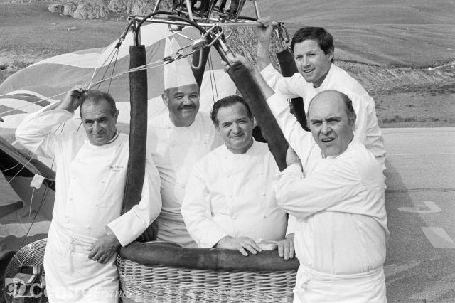 De gauche à droite, Paul Bocuse, Pierre Troisgros, Jacques Pic, Georges Blanc et Alain Chapel en 1983, à l'Alpe d'Huez.
