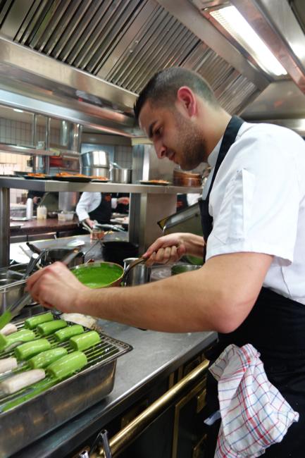 Chakib qui lui aussi est venu aider en cuisine depuis Paris