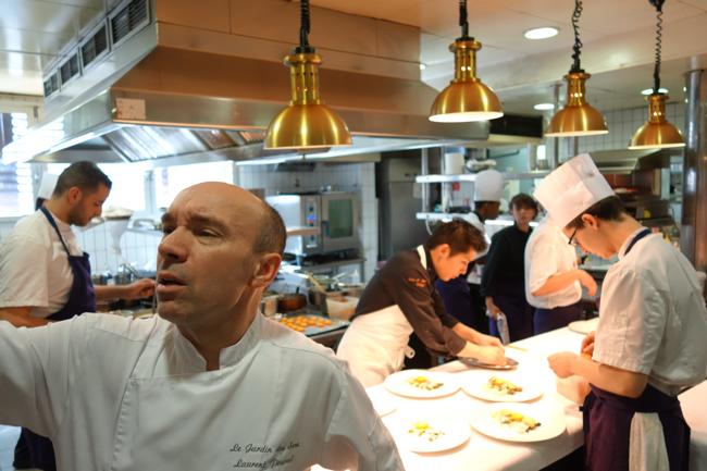 Laurent Pourcel dans les cuisines du Jardin  des Sens