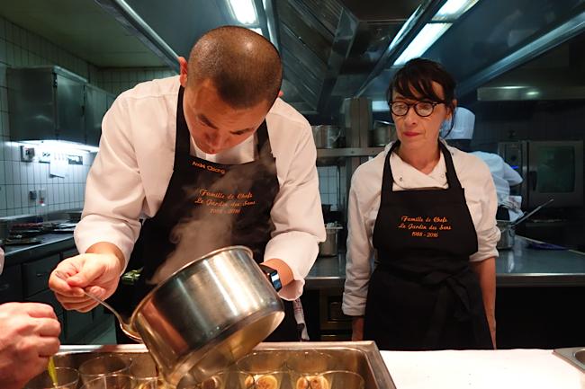 Le chef André Chiang au dressage de son plat et à l'arrière Nathalie Richin