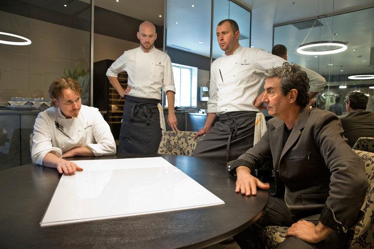 Grant Achatz, le chef de cuisine Simon Davies, le chef exécutif Mike Bagale et l'artiste Thomas Maîtres