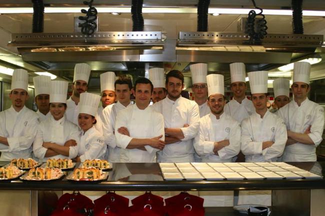 Dans les cuisine du Plaza Athénée avec le chef Christophe Saintagne