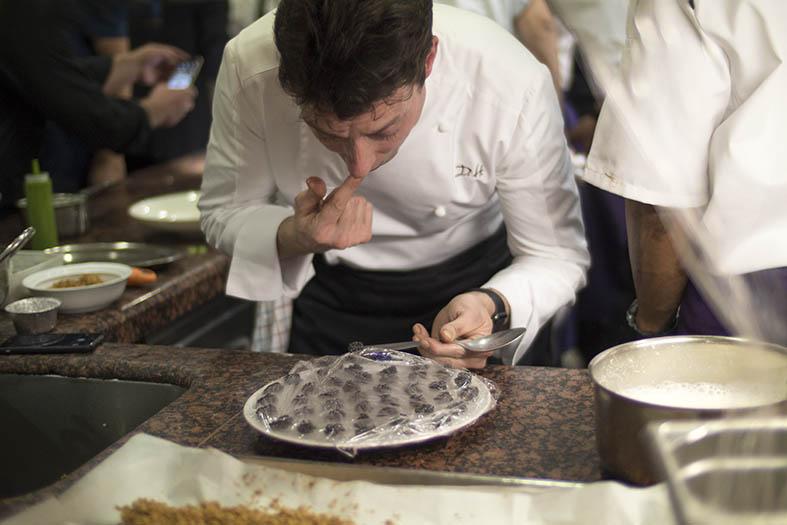 David Hemmerlé inspectant le caviar.