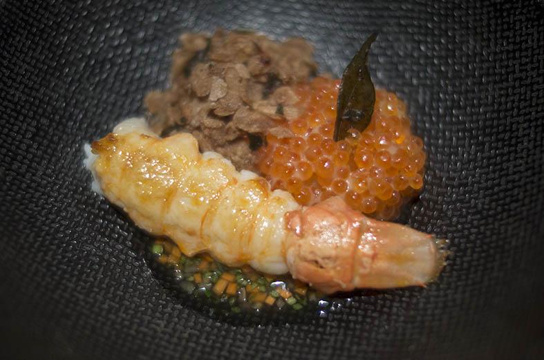 Joris Bijdendijk: queue de langoustine poêlée, crème de curry, caviar, épeautre.
