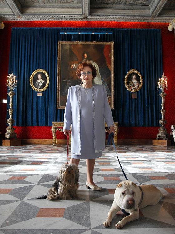 Jeanne Augier en 2011 et ses deux chiens dans le salon Versailles de l'hôtel Negresco © Valérie Hache / AFP