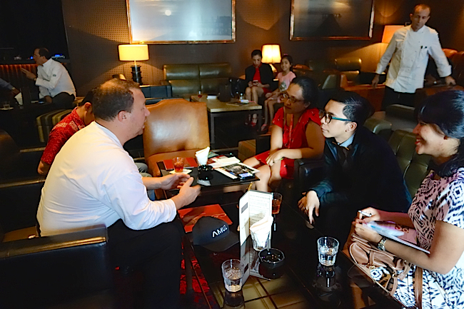 AMUZ reste son navire amiral, mais depuis il a développé APREZ plutôt tourné vers le catering haut de gamme, puis Artoz -Bar & Lounge, un bar très chi où l'on retrouve les meilleurs Whisky, Cognac & Cigares. Dernièrement il a créé – Aprez Café – dans un esprit snacking situé dans un complexe résidentiel d'appartements de luxe au coeur de Jakarta.