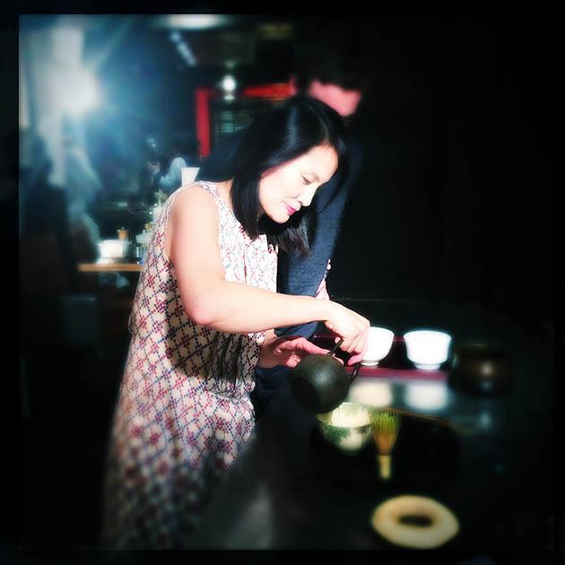 Maki Maruyama, directrice de Jugetsudo, prépare les thés tout au long du repas.