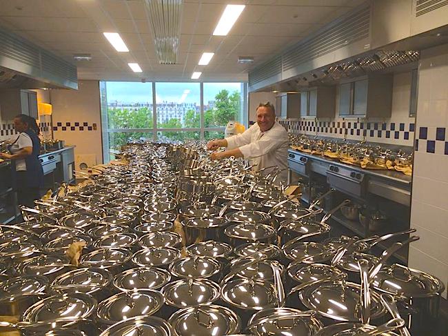 Le chef Philippe Groult … à l'ouverture le matériel de cuisine arrive !