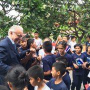 Alain Ducasse auprès des jeunes de Manille – « Youth With A Future » – Chaque année 10 jeunes des rues sont formés au métier de cuisinier