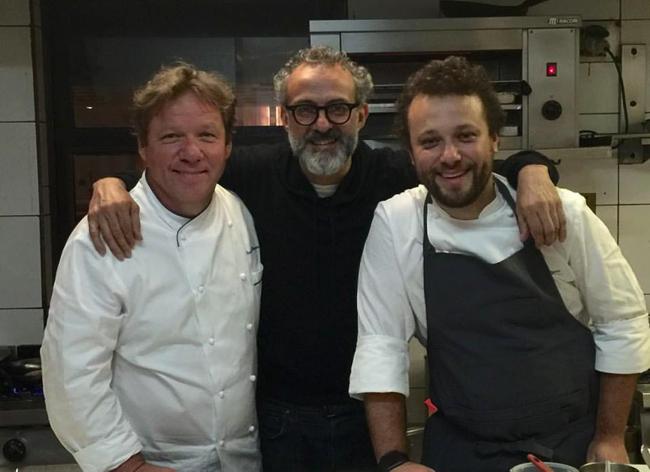 Ci-dessus Claude et Thomas Troisgros entourant le chef italien Massimo Bottura