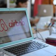 Airbnb devient la start-up la mieux valorisée du secteur high-tech. Avec Airbnb et Booking.com le monde de l'hôtellerie subit un grand bouleversement économique