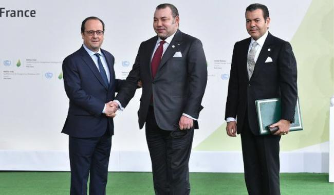 Passage de relais entre le Président Hollande et le Roi Mohammed VI lors de la COP21 à Paris en 2015