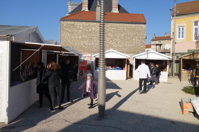 Samedi matin, les premiers stand ouvrent. Deux jours de cuisine, de dégustations, de découverte autour de la truffe de Bourgogne démarre.