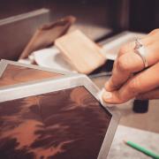 Mêler chocolat et métal, la performance de la créatrice Marie Guerrier associée aux Chocolats Alain Ducasse pour le parcours Saint-Germain