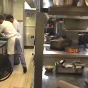 Grosses chaleurs dans les cuisines … c'est très dur pour les équipes de cuisiniers qui oeuvrent devant les fourneaux.