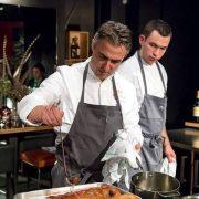 Nouvelle tendance, la finition des cuissons en salle, un tête à tête entre le chef et le client