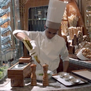 Ces restaurants où les cuisiniers passent en salle
