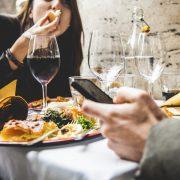 Le smartphone est devenu un couvert de table ?