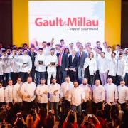 Gault & Millau lance sa première édition en Russie – Côme de Cherisey frappe fort en lançant le guide Moscou entouré d'une centaine de chefs