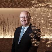 à L'hôtel de Ville de Crissier, Louis Villeneuve, le Directeur de salle a déjà découpé 43000 volailles en salle… regardez en vidéo