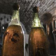 Une bouteille de vin jaune de  1774 adjugée à 107 700 euros