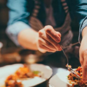Les Américains mangent de plus en plus au restaurant, pour recruter les propriétaires de restaurants doivent revoir leurs copies et se démener pour trouver du personnel