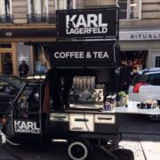 La Pause café version mini food Truck signé Karl Lagerfeld – des cafés gratuits distribués dans le quartier du Marais à Paris