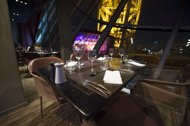 duel au sommet restaurant gastronomique de la tour eiffel paris. Black Bedroom Furniture Sets. Home Design Ideas