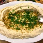 Au cœur du Liban et de sa gastronomie : houmous, kebbé, taboulé, labné, feuilles de vigne, tripes farcies, et plus encore. F&S est sur place