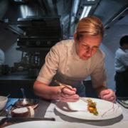 Londres – Clare Smyth vient de décrocher 2 étoiles au guide Michelin – interview pour F&S : «Je parle beaucoup à Gordon Ramsay, et on se voit souvent. Mon équipe et la sienne sommes comme une famille»