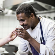Cuisine sans frontière – Ayman est un réfugié érythréen, il est devenu chef du Café du Nord un bistrot en Côte-D'Or