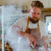 Depuis son restaurant Wolfgat le chef Kobus Van der Merwe est considéré comme le » René Redzepi d'Afrique du Sud «