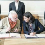 Le chef Alain Ducasse et la Maire de Paris Anne Hidalgo signent un » Pacte pour L'Emploi «