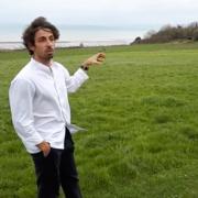 Hugo Roellinger regarde vers l'horizon depuis son caillou cancalais – » son terrain de jeu c'est la mer «