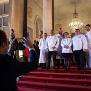 Cette photo restera dans l'histoire de la gastronomie – Le Président Macron  prenant en photo les chefs