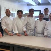Deuxième Dîner d'Anniversaire pour les 10 ans de l'établissement du chef Serge Vieira – Des étoiles et des MOF en ligne en cuisine