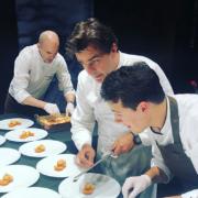 Scènes de chefs – Yannick Alléno à Séoul, Jean Imbert cuisine à la Tour Eiffel, Akrame chez Gérald Passédat, Alexandre Couillon à Saint-Tropez, …