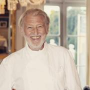 Pierre Gagnaire – » je respecte la charte de la cuisine française : une belle veste blanche en coton d'Égypte, un tour de cou… Ce sont des symboles… Les vestes bariolées me font un peu hérisser.  «