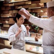 Les cuisinières japonaises aimeraient avoir leur place derrière les comptoirs à sushis, mais » elles ont les mains chaudes «