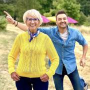 Le tournage de l'émission » le Meilleur Pâtissier » sur M6 reprend – Cyril Lignac et Mercotte partent à la campagne