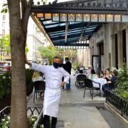 New York – Les salles de restaurants étant toujours fermées, le chef Daniel Boulud improvise des terrasses