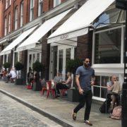 À Londres, les restaurants retrouvent peu à peu leur activité ; mais la vraie reprise tarde à se mettre en place
