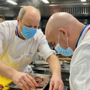 Jean-Paul Bostoen & Olivier Nasti en cuisine pour préparer «Le Menu des Grands Chefs Étoilés»