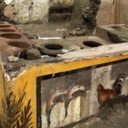 Un thermopolium, fast food de rue de l'antiquité, mis à jour à Pompéi