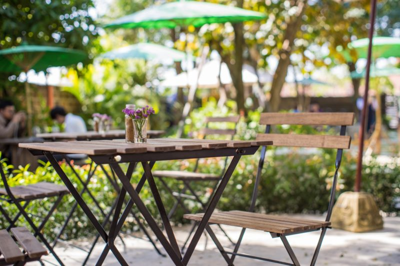 L'attribut alt de cette image est vide, son nom de fichier est shutterstock_429604732-Chiangmai-Thailand-February-1-2016-View-of-cafe-with-outdoor-seating-in-Chiangmai.-800x533.jpg.