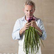 Alain Passard – en 2016, il fête les 30 ans de L'Arpège – Depuis 15 ans, il crée des rendez-vous amoureux avec ses légumes.
